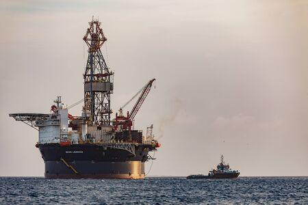 Photo pour Curacao, Caribbean - April 02, 2014: The oil rig - image libre de droit