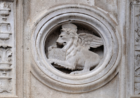 Photo pour Symbol of Saint Mark the Evangelist the marble pulpit by Jacopo e Paolo da Ferrara, dated 1501, Modena Cathedral, Italy - image libre de droit