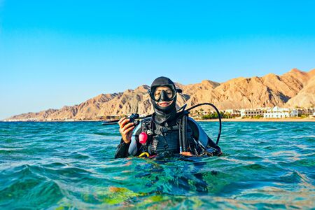 Photo pour Woman diver floated on the surface of the sea and smiles. Red Sea, Egypt. - image libre de droit