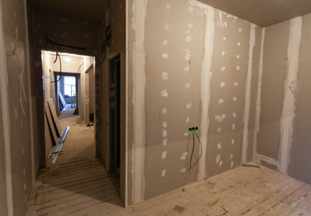 Foto de Material for repairs in an apartment is under construction, remodeling, rebuilding and renovation. Making walls from gypsum plasterboard or drywall. - Imagen libre de derechos