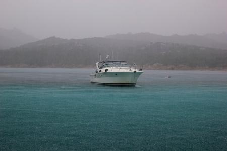 barca sotto la pioggia in Sardegnia