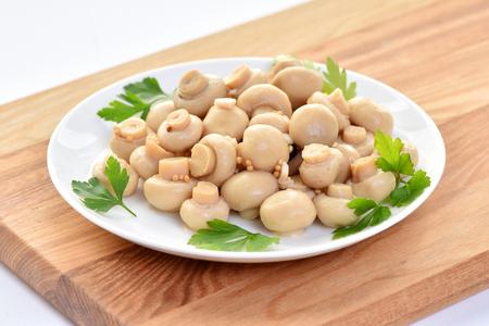 Photo pour Salted mushrooms on a plate. Restaurant dish. - image libre de droit