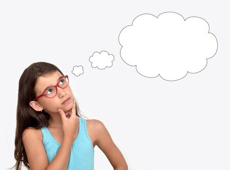 Foto de Thoughtful young girl wearing glasses with an empty thought bubble - Imagen libre de derechos