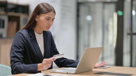 Photo pour Online Payment Failure on Laptop by Businesswoman in Office - image libre de droit