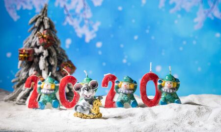 Photo pour the numbers for the year 2020 stand in the snow with a pine branch decoration. Creative artwork holiday decoration. Empty space for your text - image libre de droit