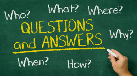 Photo pour Hand writing on a chalkboard - Questions and Answers - image libre de droit