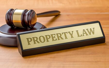 Photo pour A gavel and a name plate with the engraving Property Law - image libre de droit