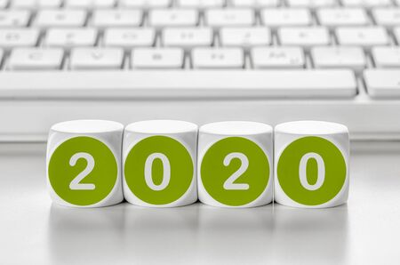 Foto de Letter dice in front of a keyboard - 2020 - Imagen libre de derechos