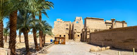 Photo pour Entrance to the Medinet Habu Temple in Luxor, Egypt. Panorama - image libre de droit