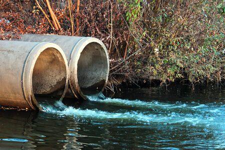 Foto de Discharge of sewage into a river - Imagen libre de derechos