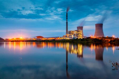 Photo pour power plant by night - image libre de droit
