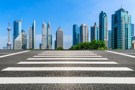 Photo pour Urban architecture landscape and empty asphalt road in Shanghai - image libre de droit
