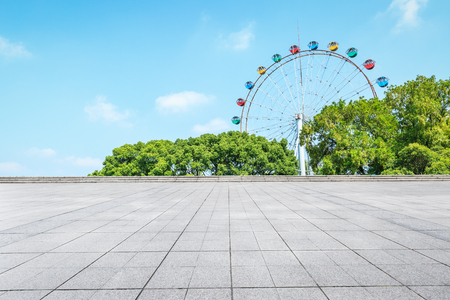 Foto de Empty floor square and playground ferris wheel in the city park - Imagen libre de derechos