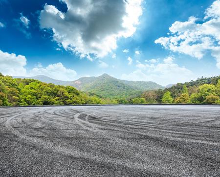 Foto de circuit asphalt road and green mountain nature landscape under the blue sky - Imagen libre de derechos