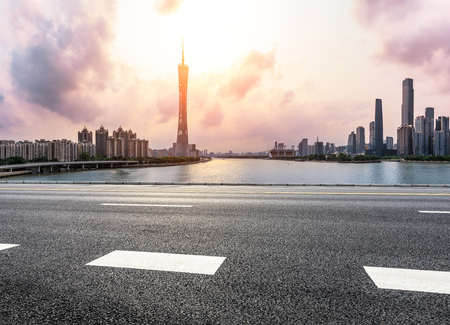 Foto de asphalt road and modern city skyline in Guangzhou at sunset,China - Imagen libre de derechos