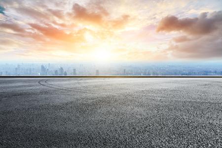 Foto de Panoramic skyline and buildings with empty race track road - Imagen libre de derechos