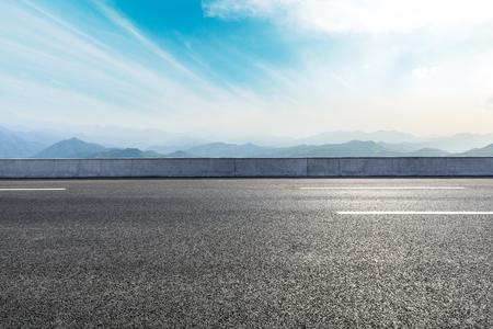 Photo pour Empty asphalt road and mountains with beautiful clouds landscape - image libre de droit