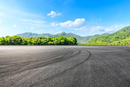Foto de Asphalt race track ground and green mountains natural landscape - Imagen libre de derechos