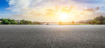 Photo pour Empty asphalt road and beautiful natural scenery in city park - image libre de droit