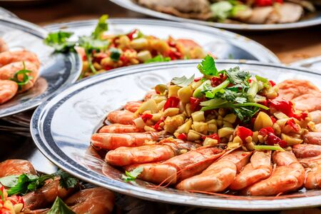 Photo pour Delicious chinese food poached shrimp with coriander, garlic and chili - image libre de droit