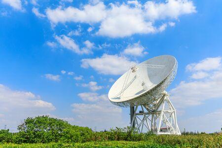 Photo pour Observatory radio telescope under the blue sky in Shanghai. - image libre de droit