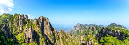 Photo pour Beautiful Huangshan mountains landscape on a sunny day in China. - image libre de droit