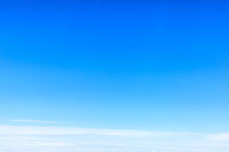 Photo pour Blue sky and white clouds on a sunny day. - image libre de droit