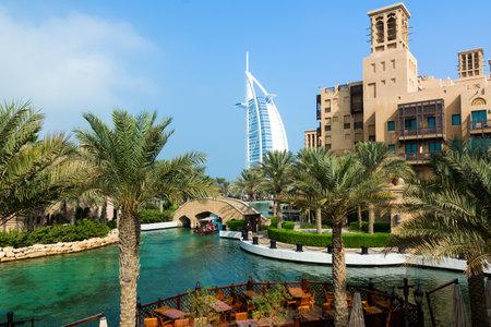 Photo pour DUBAI, UNITED ARAB EMIRATES - DECEMBER 7, 2016: View at Burj Al Arab hotel from Madinat Jumeirah luxury resort. - image libre de droit