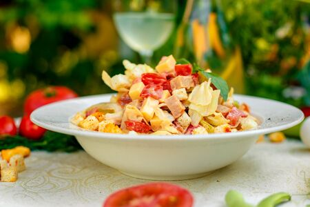 Photo pour fresh salad with chicken, cheese, rusks, lettuce and tomatoes - image libre de droit