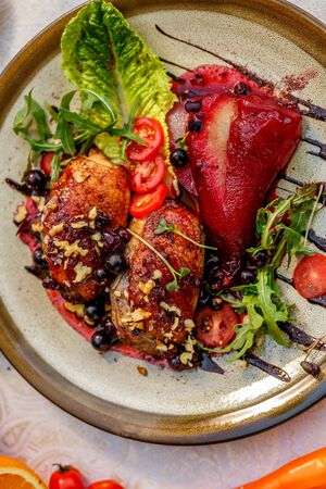 Photo pour chicken thighs with rucola, nuts and vegetables on a decorated table - image libre de droit