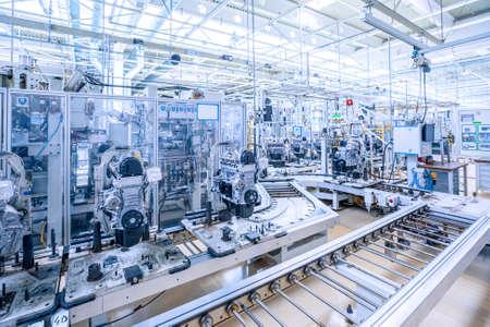 Photo pour manufacturing of car engine at car plant - image libre de droit