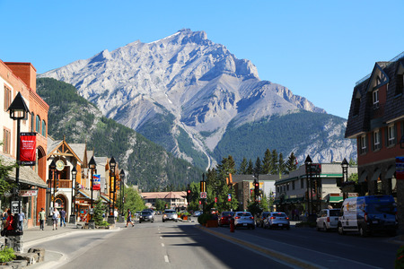 Photo pour BANFF, CANADA - JULY 29, 2014: The famous Banff Avenue in Banff National Park. Banff is a resort town and one of Canada's most popular tourist destinations - image libre de droit