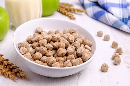 Photo pour Pressed cereal bran in a bowl on a wooden background. The concept of healthy eating. Selective focus. - image libre de droit