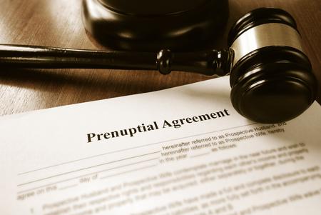 Photo pour Prenuptial contract and court gavel - image libre de droit