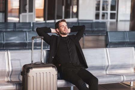 Photo pour Flight delay. A bored man waiting for his delayed flight - image libre de droit