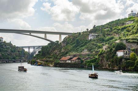 Photo pour Ponte do Infante bridge in Porto Portugal. Old historic houses on a hill - image libre de droit