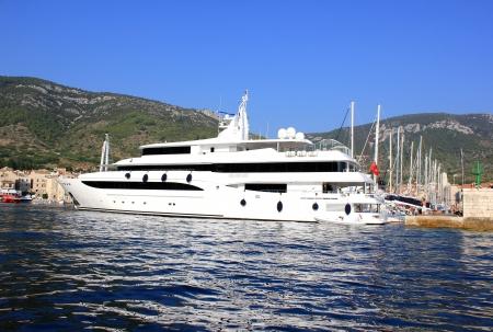 Photo pour big yacht in Komiza, Croatia - image libre de droit