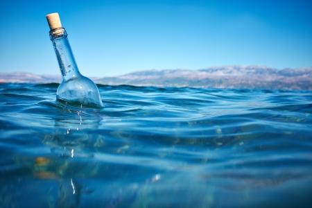 Photo pour Bottle with a message in water  - image libre de droit