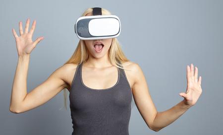 Photo pour Woman wearing of VR goggles - image libre de droit