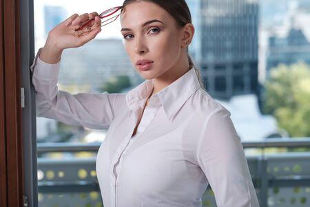 Foto de Young businesswoman (real estate agent) presenting detached modern office - Imagen libre de derechos