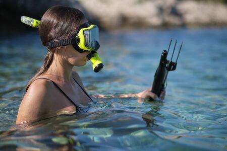 Photo pour Aqua woman diver spearfishing gun.  - image libre de droit