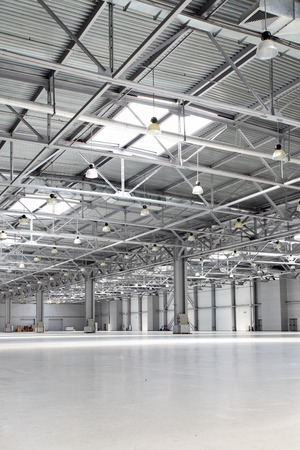Photo pour Interior of big empty storehouse - image libre de droit