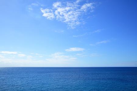 Photo pour Atlantic ocean - beautiful seascape sea horizon and blue sky, natural photo background - image libre de droit