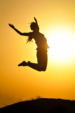 Photo pour Girl jump in the sunset - image libre de droit