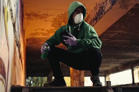 Foto de Young urban painter starting to draw graffiti on the wall - Imagen libre de derechos
