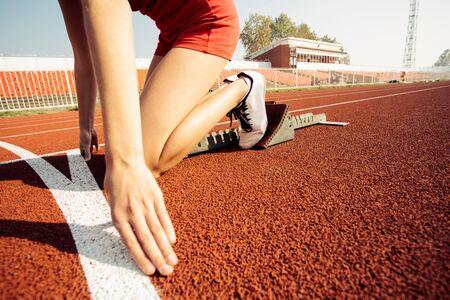 Foto de Detailed view of a female sprinter in the starting blocks - Imagen libre de derechos
