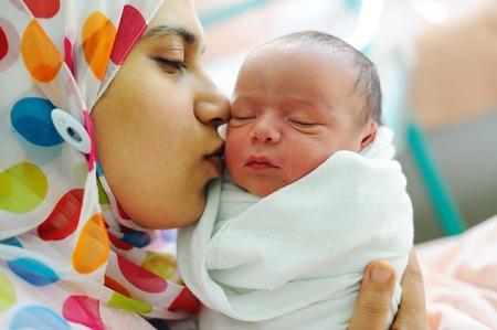 Photo pour Beautiful new born baby in his mothers hands. - image libre de droit