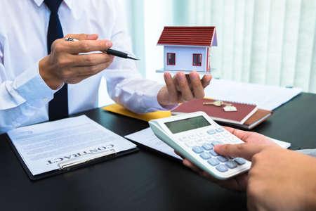 Photo pour Contract sales presentation Real estate Sales of houses Calculation of house sales rates. - image libre de droit
