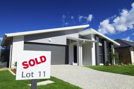 Photo pour New suburban Australian house with large SOLD sign. - image libre de droit