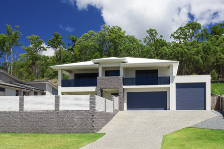 Photo pour Modern home exterior on a sunny day - image libre de droit